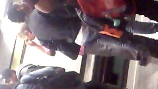 Nalgotas en pantalon apretado rojo