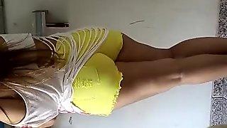 Rabuda com shortinho amarelo