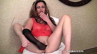 MILF Honey Tirrza Fingering Her Snatch