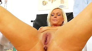 Bosomy pussy of blond chubby MILF Simira is stretched wide with speculum